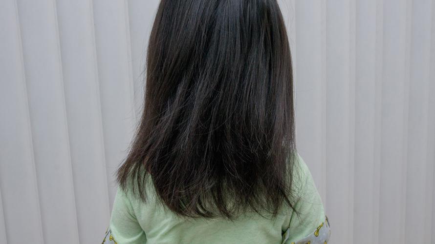 娘の髪の毛を切る